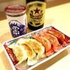 和味餃子 - ドリンク写真:ビール&地酒ワンカップ&2色餃子
