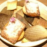 66980621 - 筍のソテー カマンベールチーズのクッキーとパウダー 紫蘇の花