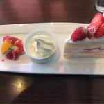 66981599 - イチゴのショートケーキ(¥510)ブレンドコーヒー(¥370)セットにすると【¥830】になります