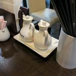 エッセンス チャイニーズ キッチン - 卓上の調味料は酢醤油とラー油。