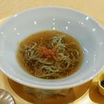 トゥ・ラ・ジョア - 翡翠麺(ほうれん草を煉り込んだ麺)とカラスミと紫蘇胡麻オイル