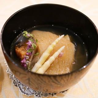 トゥ・ラ・ジョア - 料理写真:フカひれ蝦夷アワビに名古屋コーチンのコンソメのお椀