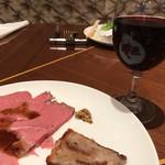 66988087 - ローストビーフと赤ワイン