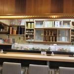 都寿司 - カウンター、檜一枚板