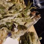 里山里海 奥能登や - まな板に乗って山菜の天ぷらがど~ん♪