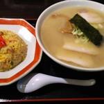 八香 - 料理写真:チャーシューメン(こってりスープ)+半チャーハン