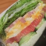 食パン専門店 利 - 日光ひみつ豚厚切りベーコンエッグトマト オリジナルベーコンを使用。アッサリした旨味でした。