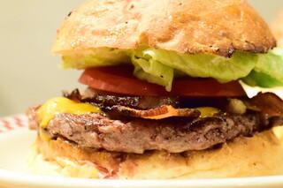 マンチズ バーガー シャック - 自家製ベーコンチーズバーガー@税込1,500円:よってみる。
