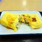 東新宿食堂 - 葱入り玉子焼194円、味がないので醤油かけます