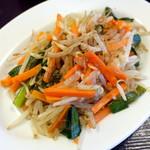 東新宿食堂 - 野菜炒め216円、味がないので胡椒と七味