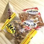 土日カフェ 楽市楽座 - テーブルに置いてあるお茶菓子