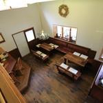 茶房 白竹 - 中2階から1階を見下ろす