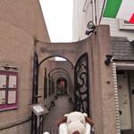 67015711 - 今日は家族4人で                       天王寺駅から歩いてすぐの所にあるイタリアンのお店                       『リストランテ ベツジン』にお食事にやってきました。                       エントランスから異国情緒満点だよ~