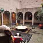 リストランテ ベツジン - こちらのお店には中庭があるんだよ。       まだ寒いけど(2月です)、気候が良くなったら       この中庭でもお食事できるんだって。              ちびつぬ「噴水がすてきね~」