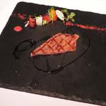 リストランテ ベツジン - 山形のサーロインステーキ、バスサミコとラズベリーソース。       今流行りのスレートプレート(黒い石のお皿)だよ。       まるでアートみたいな盛り付けだね。