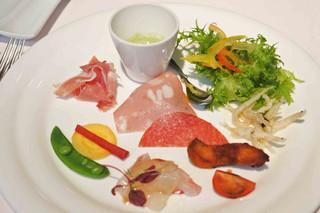 リストランテ ベツジン - まずは前菜。ブロッコリーのポタージュ、 シラウオのフリッター、ぶりのカツ、真鯛のカルパッチョ、生ハムの下にフルーツトマト。どれも凝っていて、一品一品、お味を堪能しながらいただきました