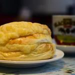香港 贊記茶餐廳 - パーローパオ(パイナップルパン・バター付)@260円