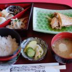 喫茶・お食事・おみやげ かもめ - 煮魚定食