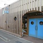 みちパン - 青い扉が入口。