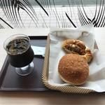 エピシェール戸田店 - こだわり欧風カレーパンとメンチカツパンとアイスコーヒー。 税込636円。 美味し。