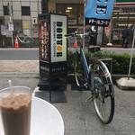 ドトールコーヒーショップ - ロイヤルミルクティーを店外テラス?で