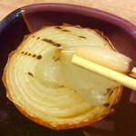 徳田酒店 - 「トロトロ玉ねぎ」。6〜7分かかると言われたが、食べたかったのでもちろんOK。電子レンジで火を通した後、焼き器で焦げ目をつけていた。安くて隠れた名物だと思う。190円。