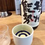 徳田酒店 - 冷酒の地酒を頼むと、大きな蛇の目に注がれる。一合以上入るとのこと。なかなか豪快だ。(390円)