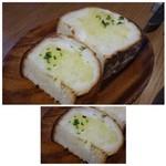 自然派ビストロCORE - ◆ガーリックトースト(1P:120円) ガーリックバターも少ししか塗られていませんし、これで1切れ120円は割高感がありますね。