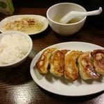 来々軒 - 餃子5個+小ライス(野菜、スープはサービス)560円
