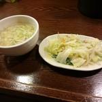 来々軒 - サービスのスープと野菜