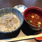 町衆料理 京もん - ちりめん山椒のふっくらご飯と赤だし