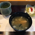 東寿司 - 海老の頭の入った味噌汁 とデザート