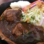 シンカフェ - 熱々の鉄板にダッチベイビーの生地 その中にカレー&ハンバーグ&サラダ! ダッチベイビーは初体験なので興奮します(笑)!!