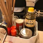 焼きそば専門店 濱崎 - 卓上に置かれたのは、名城焼きそばソース