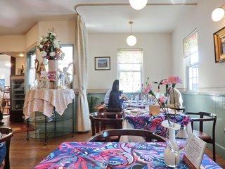 シェ・アンジュ - 店内のテーブル席の風景です