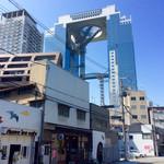 67047454 - 例の目立つ高層ビルの足元にある。