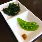 67047460 - なぜか別皿でくる柚子胡椒やエンドウ豆(?)とアオサ海苔。どうでもいいけど、豆が少ないのは何故?