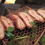 とんかつ マンジェ - 「にんにくとんかつ」ラージサイズアップ。肉肉しいです。