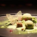 スポンテニアス - 緑の森に蝶が舞う