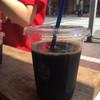 昴珈琲店 - ドリンク写真:カープ女子(店員さん)とアイスコーヒー