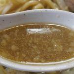 ラーメン 盛○ - 早速、スープを啜ってみると、甘めの味わいにプラスして、ニボニボしさ全開な荒々しい味わい。あとから脂ギッシュな風味も感じられ、バッチリと二郎インスパイア系な雰囲気も感じられます。