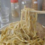 ラーメン 盛○ - 麺はゴワゴワとしてコシがすこぶる強い極太麺で食べごたえ満点。