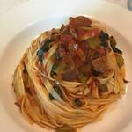 イタリア食堂 MARIA - 一口もらった生パスタ。牛バラ肉が柔らかくてほろほろ崩れる。トマトソースの味も深い。