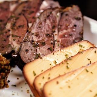 ラム肉を使ったメニューはもちろん、馬刺し、創作料理などご用意