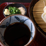 太助 - 出汁と薬味 生姜、ネギ、すりごま