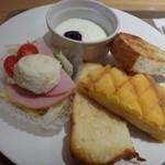 神戸屋ブレッズ - ◆サラダ・ヨーグルト・パンが盛合されています。