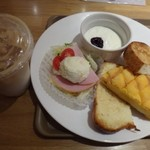 神戸屋ブレッズ - ◆トーストセット(400円:税込)・・ハム・ポテトサラダ・野菜サラダ少々・ヨーグルト・ドリンクのセット。 ドリンクは数種類から選べますので「カフェオレ(アイス)」を。 パンは3切れにしました。