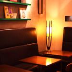 カフェ&ブックス ビブリオテーク - ディナーはダウンライトで落ち着いた雰囲気