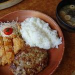 びっくりドンキー - 料理写真:ハンバーグ&若鶏しょうゆ香り揚げ(915円)