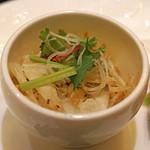 スーツァン・レストラン陳 - 前菜 白海老の押し豆腐和え 冬虫夏草とパクチーとともに